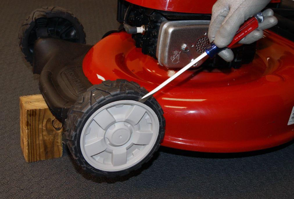 Symptoms Of a Wobbly Wheel On a Lawnmower